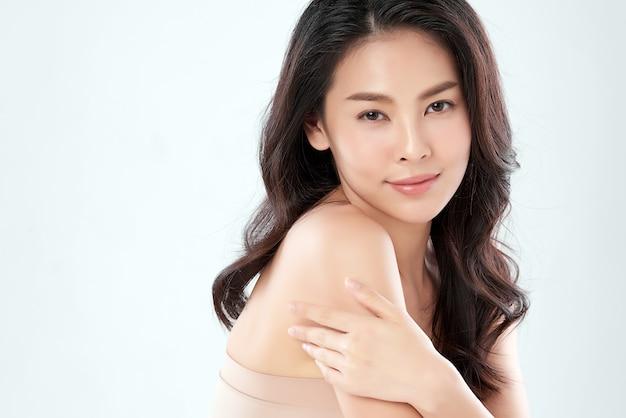 Bela jovem asiática com pele limpa, fresca em branco