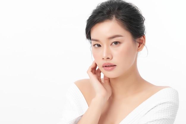 Bela jovem asiática com pele limpa, fresca em fundo branco, cuidados faciais, tratamento facial, cosmetologia, beleza e spa, retrato de mulheres asiáticas.