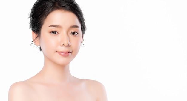 Bela jovem asiática com pele limpa, fresca na parede branca, cuidados do rosto, tratamento facial, cosmetologia, beleza e spa, retrato de mulheres asiáticas.