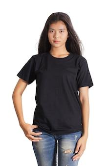 Bela jovem asiática em um jeans azul e camiseta preta sobre fundo branco