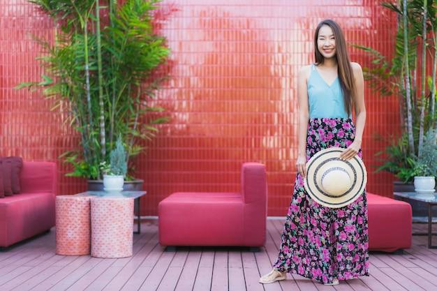 Bela jovem asiática feliz sorriso estilo de vida