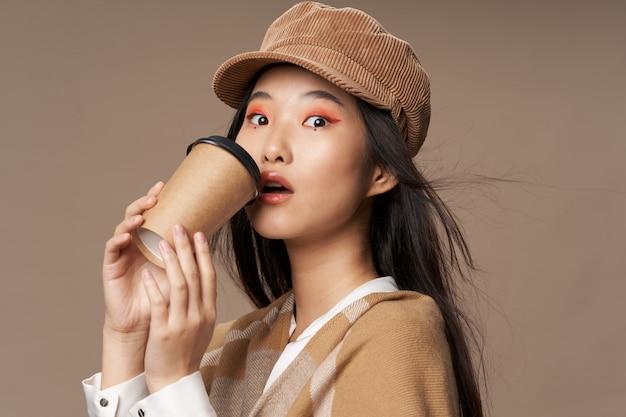Bela jovem asiática posando em roupas elegantes