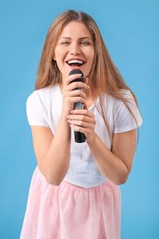 Bela jovem cantora com microfone