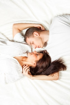 Bela jovem casal deitado