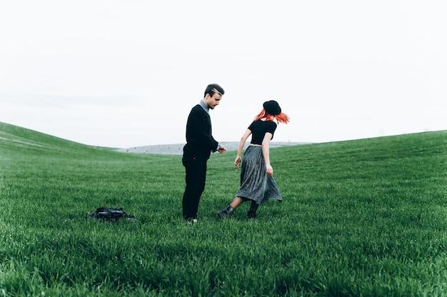 Bela jovem casal sessão de fotos ao ar livre