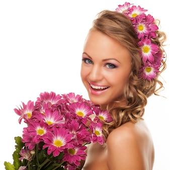 Bela jovem caucasiana com flores