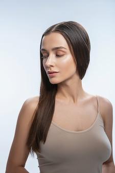 Bela jovem caucasiana com maquiagem nude