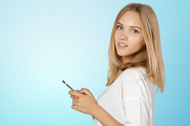 Bela jovem caucasiana com telefone inteligente