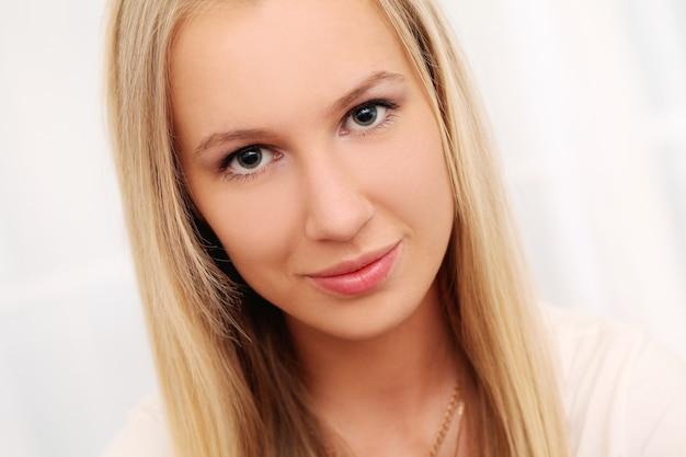 Bela jovem caucasiana em casa