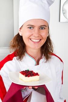 Bela jovem chef com sobremesa