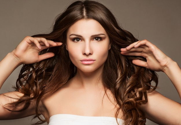 Bela jovem com cabelos longos