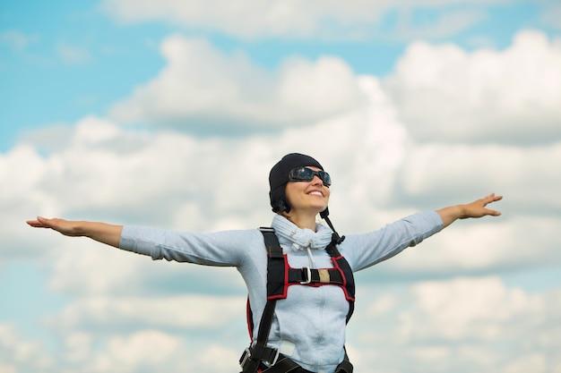 Bela jovem com equipamento de paraquedismo
