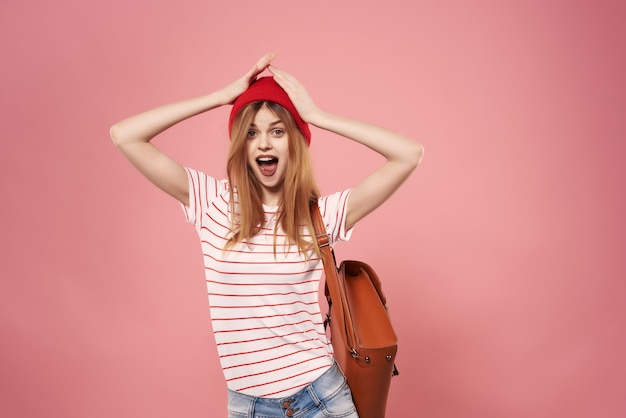 Bela jovem com roupas da moda, chapéu vermelho, estilo moderno