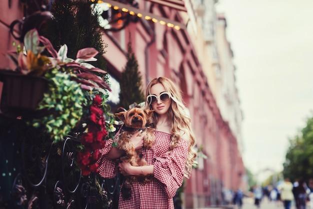 Bela jovem com seu cachorro