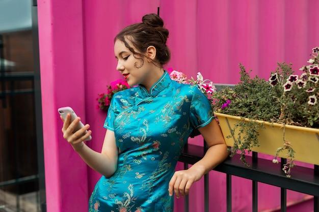 Bela jovem com telefone celular Foto Premium
