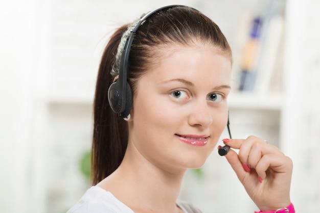 Bela jovem com um fone de ouvido