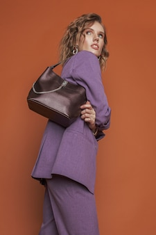 Bela jovem com uma bolsa da moda no perfil.