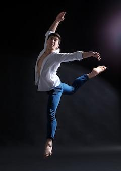 Bela jovem dançarina de balé