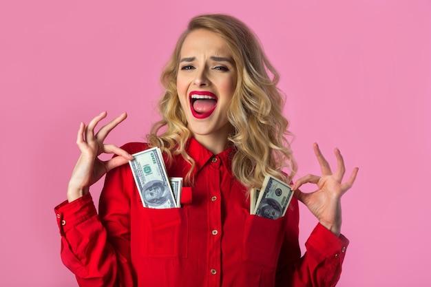 Bela jovem de camisa vermelha com dólares