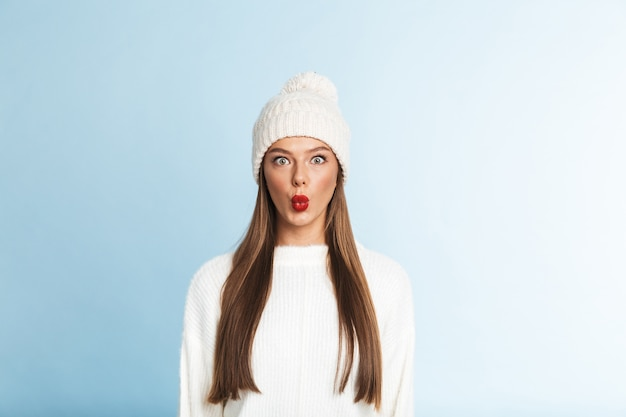 Bela jovem de suéter e chapéu em pé