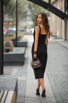 Bela jovem de vestido preto