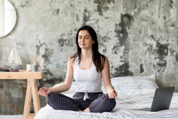 Bela jovem desfrutando de meditação