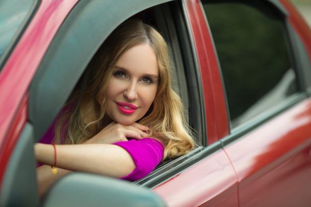 Bela jovem dirigindo um carro