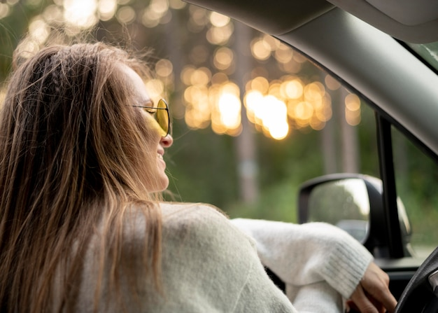 Bela jovem dirigindo