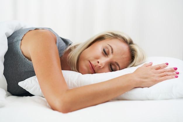 Bela jovem dormindo de manhã