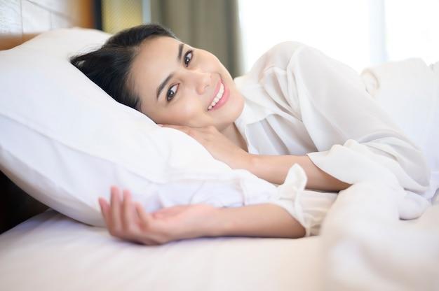 Bela jovem dormindo em sua cama em casa