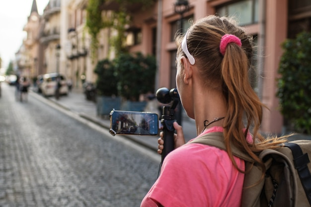 Bela jovem é fotografada em uma viagem turística na geórgia, batumi