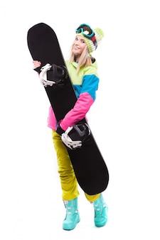 Bela jovem em equipamento de esqui segurar snowboard