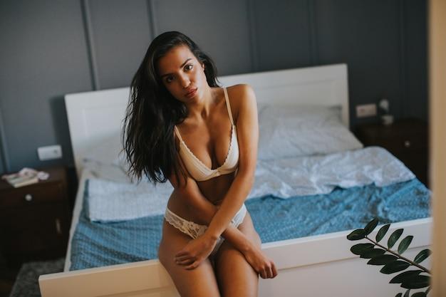 Bela jovem em lingerie no quarto