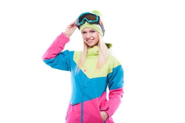 Bela jovem em roupa de esqui e óculos de esqui