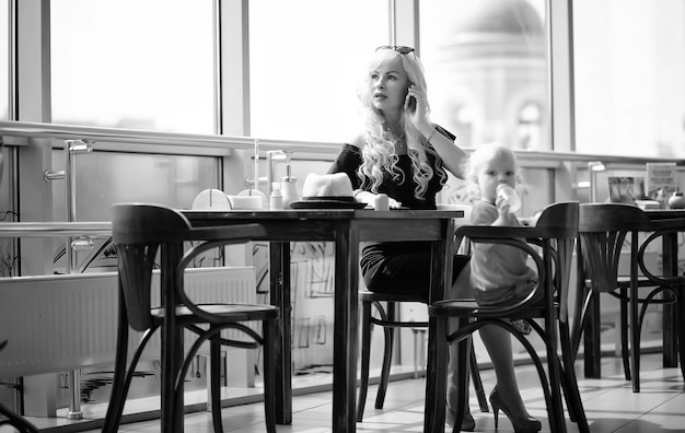Bela jovem empresária no intervalo do trabalho na hora do almoço