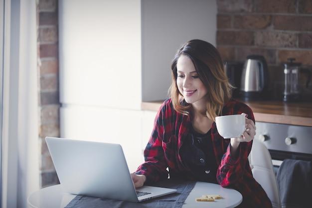 Bela jovem empresária tem um coffee break
