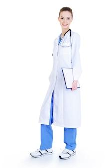 Bela jovem enfermeira em pé de corpo inteiro