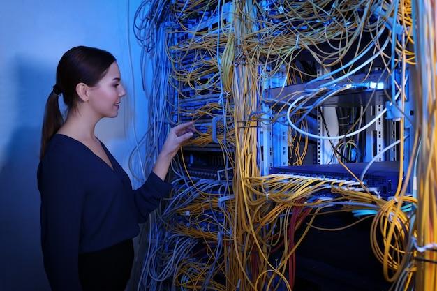 Bela jovem engenheira trabalhando na sala do servidor