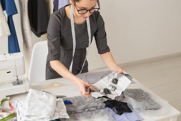 Bela jovem estilista no local de trabalho