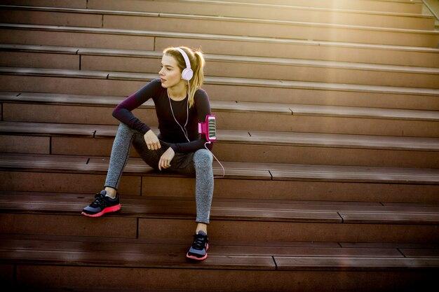 Bela jovem faz uma pausa depois de correr