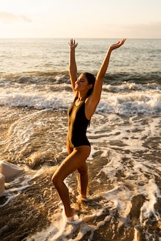 Bela jovem feliz por estar na praia