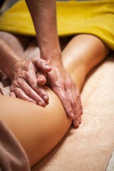 Bela jovem gosta de massagem