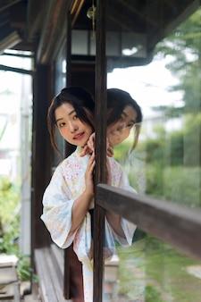 Bela jovem japonesa vestindo um quimono tradicional