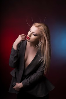 Bela jovem loira com cabelo em movimento no estúdio