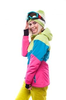 Bela jovem loira com casaco de neve colorido