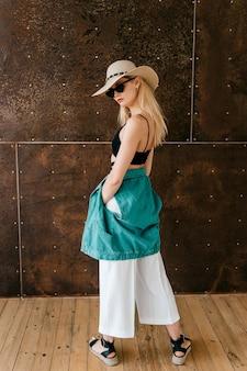Bela jovem loira com roupas de design posando