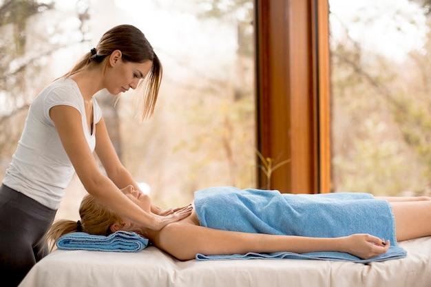 Bela jovem loira com uma massagem