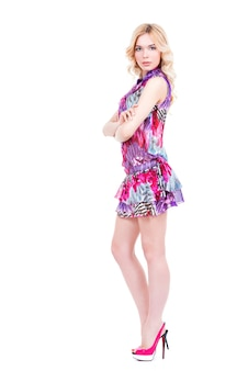 Bela jovem loira de salto alto posando - isolada