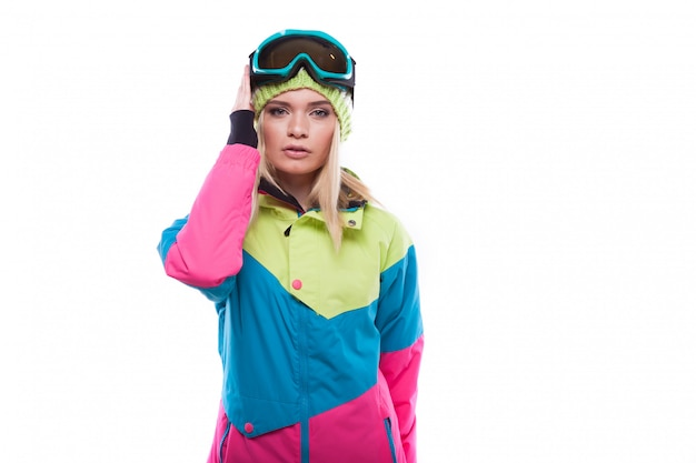 Bela jovem loira em casaco de neve colorido