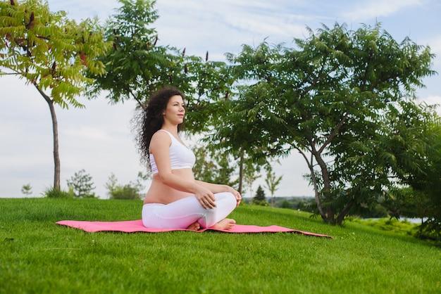 Bela jovem meditando em pose de ioga